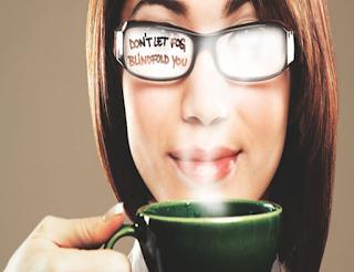kacamata berembun kena nafas dan uap dari kopi