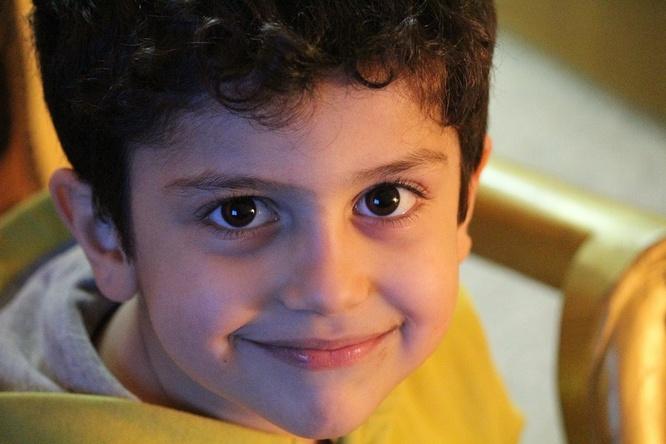 Dengan menampakan wajah yang ceria dan sarat  dengan senyuman 14 Manfaat Tersenyum Bagi Kesehatan, Psikologis & Kesuksesan Hidup