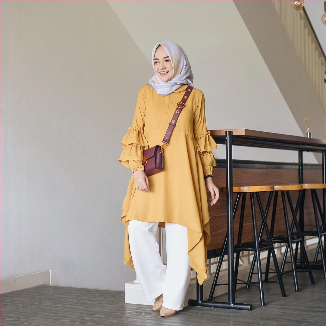 Outfit Kerudung Segiempat Ala Selebgram 2018 kerudung segiempat hijab square scarf bermotif baju tunic kuning tua slingbags marc jacob merah bata jam tangan hitam celana cullotes pallazo putih high heels krem ootd trendy