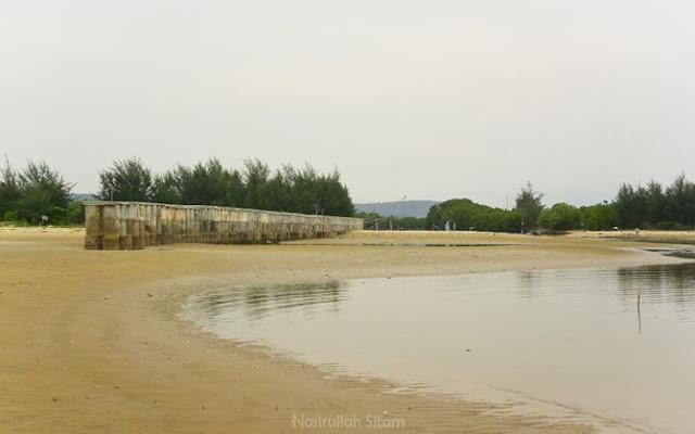 Beton pemecah gelombang di pantai