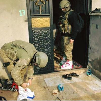 Sikap Terpuji Tentara Turki Saat Menggeledah Rumah Warga