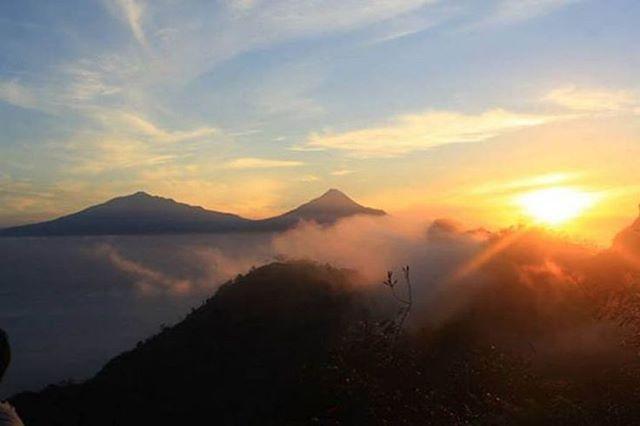foto pemandangan indahnya sunrise di puncak soroloyo