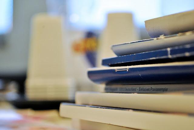 Pilhas de Revistas Universitárias e Periódicos