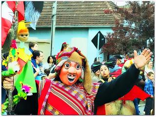 Grupo Olmo no Desfile do Festival Internacional de Teatro de Bonecos de Canela