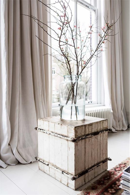 cajon de madera decapada con gran jarron de cristal chicanddeco