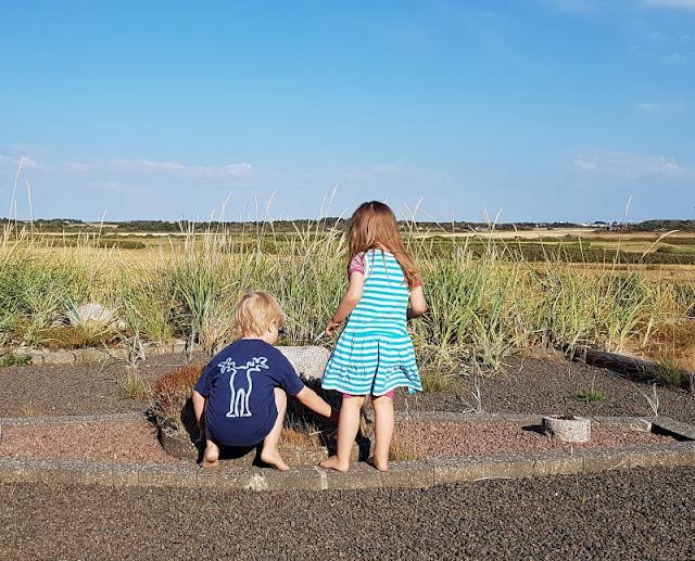 Ferienhaus-Urlaub mit Abwechslung: Ein Ferienhaus mit Aussicht und eins in der Idylle. Unser Ferienhaus bei Houvig hatte eine tolle Terrasse, auf der die Kinder spielten.