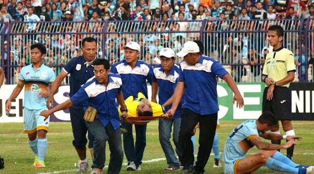 pemain yang membela Persela Lamongan sejak 1999 ini diangkut dengan mobil ambulans