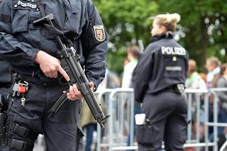 Άγρια επίθεση κουκουλοφόρων σε ομάδα ΔΙ.ΑΣ. – Τραυμάτισαν αστυνομικό και κατέστρεψαν μοτοσυκλέτα