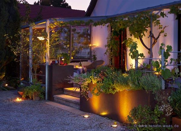 Terrasse mit Holz und Stahl, Gartenbeleuchtung, romantischer Sitzplatz, beleuchteter Garten, Treppe beleuchtet, Terrasse mit Licht,