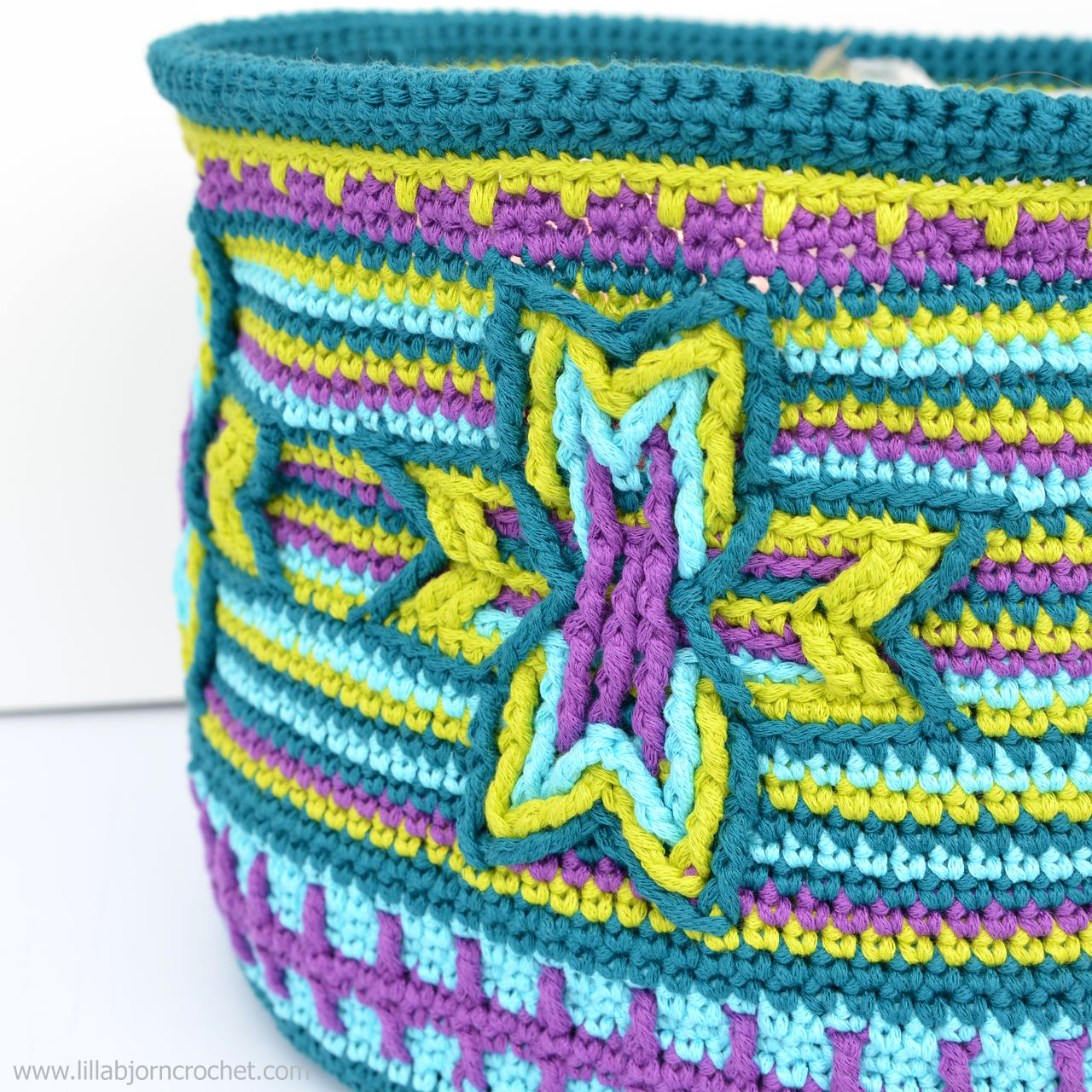 Indian Star Basket overlay crochet pattern can be also used to make a pillow throw or a small pouch. Original design by www.lillabjorncrochet.com