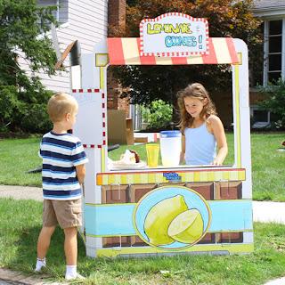 Un stand o punto de venta hecho de cartón