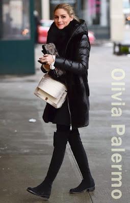 オリヴィア・パレルモ(Olivia Palermo)は、ミラ(Mila)のダウンコート、アナリナ(Analeena)のショルダーバッグ、スチュアートワイツマンStuart Weitzman)のニーハイブーツを着用。