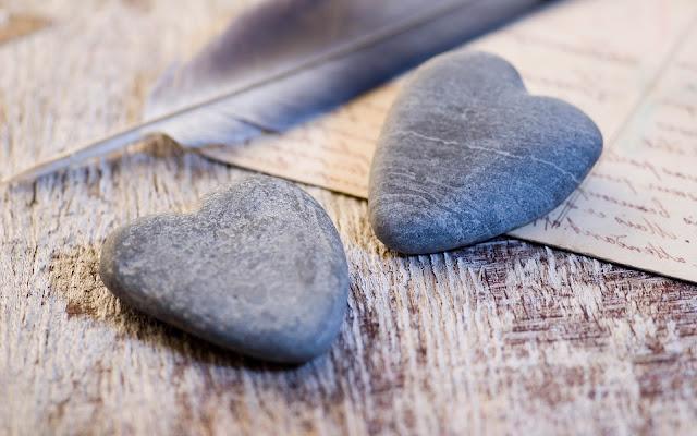 Stenen in de vorm van een liefdes hartjes