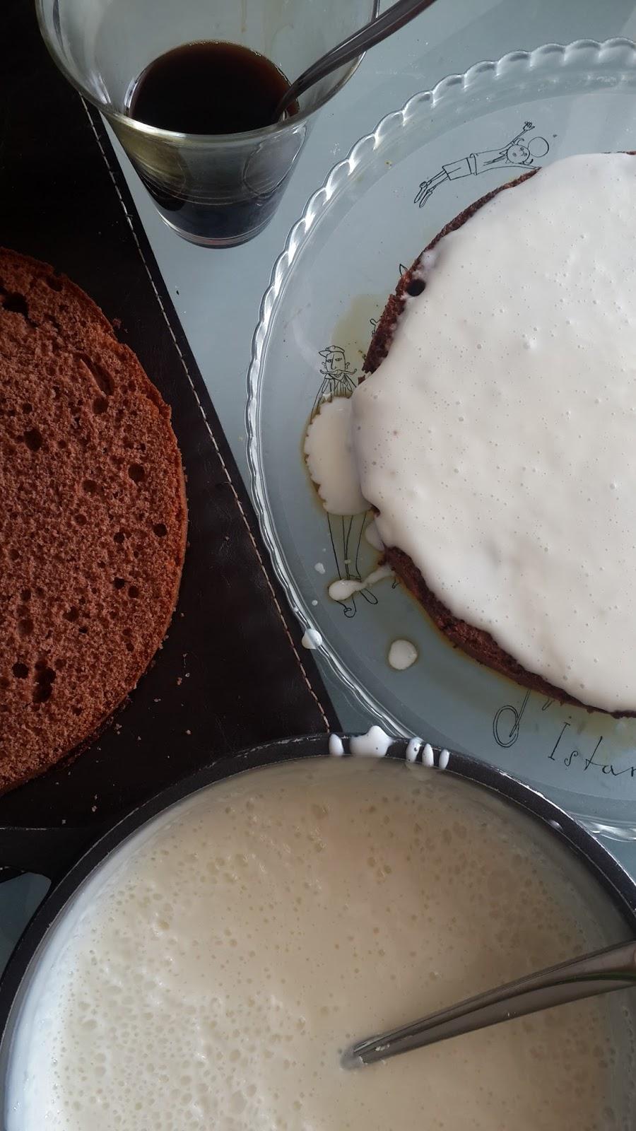 Ekşi krema ve yoğunlaştırılmış sütden bir kek için lezzetli bir krem hazırlıyoruz