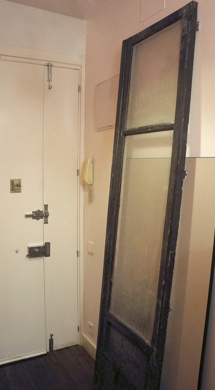 puerta vieja rescatada del contenedor