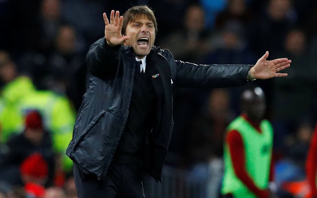 Chelsea coach Antonio Conte barking orders during Liverpool 1-1 Chelsea