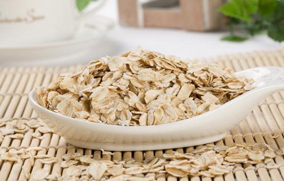 其實燕麥的纖維豐富、水溶性纖維含量多,對於排便很有幫助,同時還可以降低熱量的攝取、延緩胃腸的排空時間,易產生飽足感,以及增加糞便體積,縮短大便在大腸內滯留的時間,避免腸道吸收殘餘之毒素,對於體內環保很有幫助。