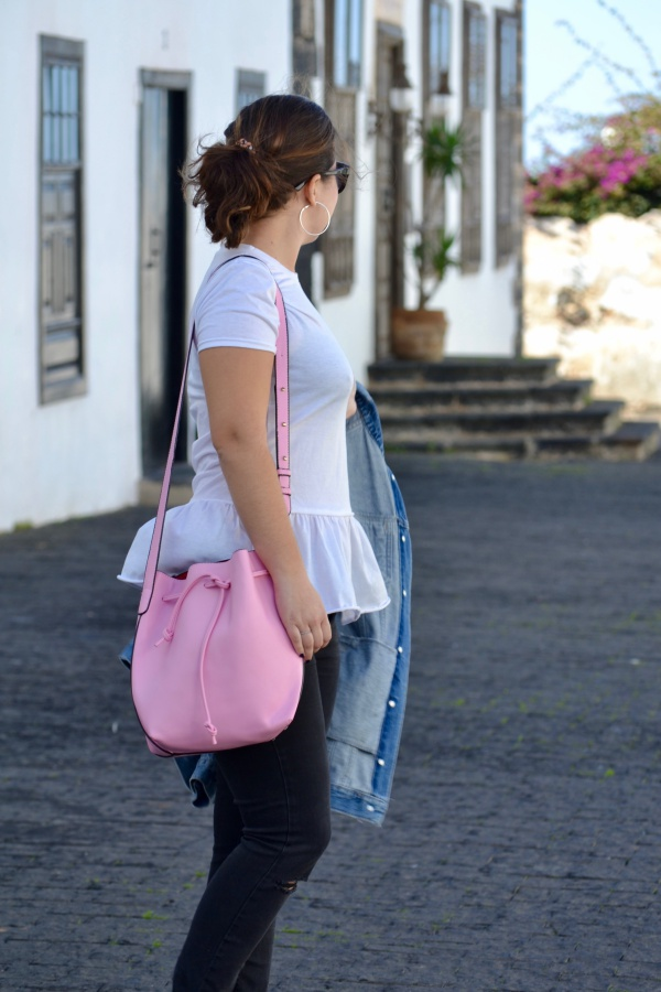 look_camiseta_volante_dresslily_bolso_rosa_chaqueta_vaquera_lolalolailo_07