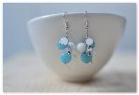 boucles d'oreilles perles à facettes bleues et blanches