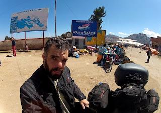 Pose para foto na fronteira Bolívia / Peru.