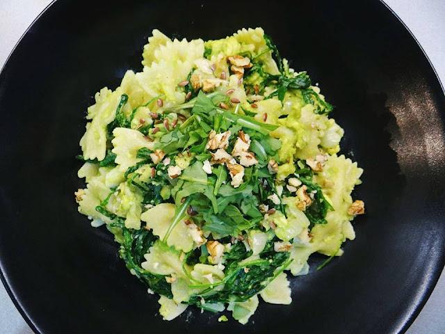 Těstoviny s avokádem, rukolou na česneku a cibulce