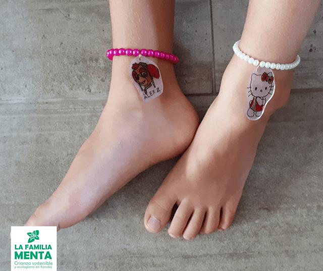 Actividad para peques: Haz tus propios colgantes con tapas de plástico