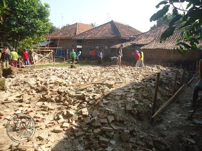 FOTO : Gotong royong merobohkan tembok bangunan