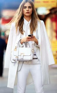 Peça branca é um essencial - calças, camisa, casaco e mala brancos