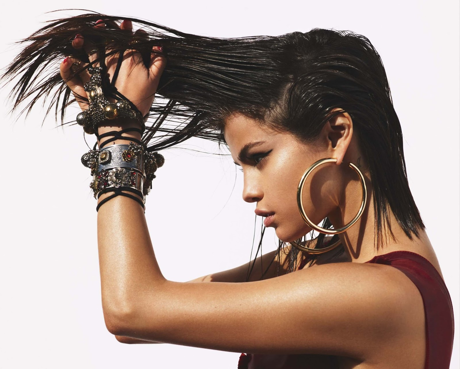 Selena Gomez habla sobre su salud mental, el por qué dejó de usar las redes sociales, y más para Vogue