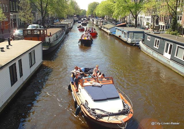 Amsterdam och båtar