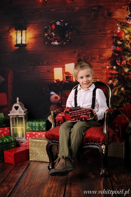 chłopiec z samochodzikiem i prezentami pozuje w studio w Kraśniku i Lublinie