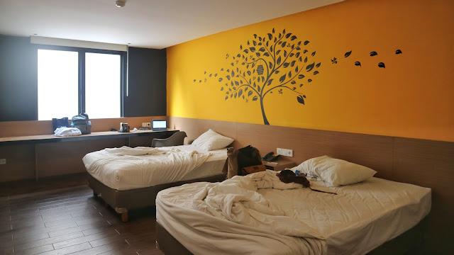 kamar tidur yang luas dari yellow bee tangerang