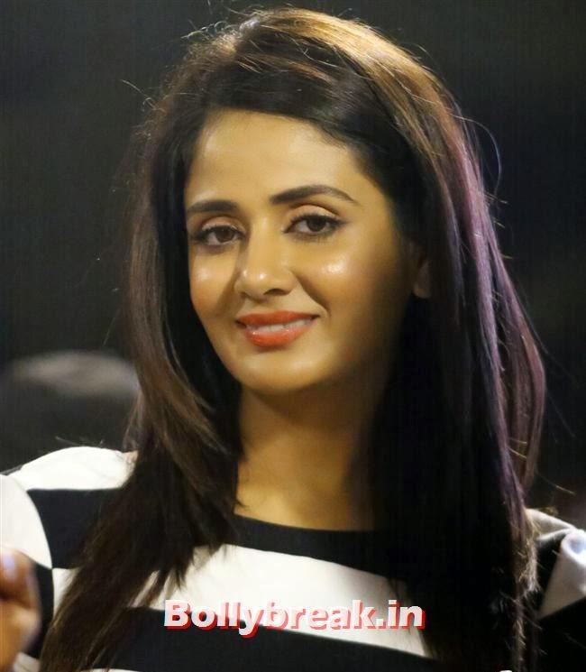 , Chitrangada Singh,Sana Khan, Genelia, Mandira , Huma at CCL4 Karnataka Bulldozers Vs Mumbai Heroes SF