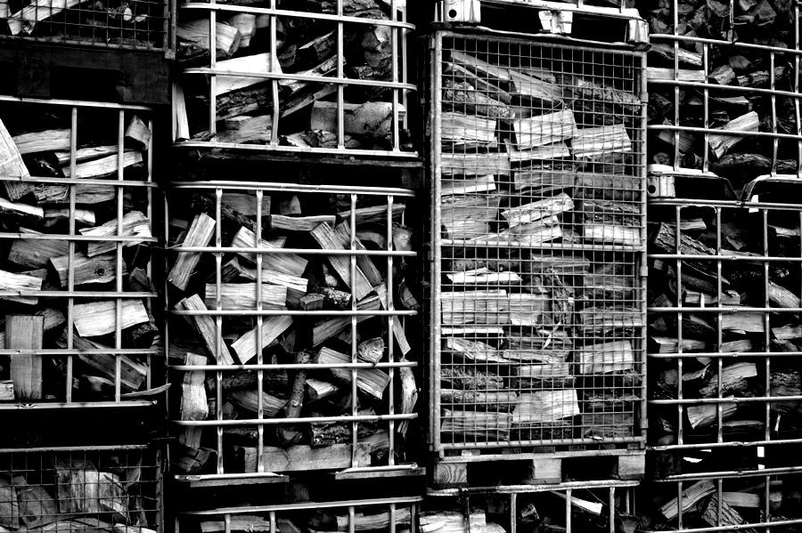 Blog + Fotografie by it's me! - fim.works - Magische Mottos - Strukturen & Rhythmen - SchwarzWeissBlick No 2 - Holzscheite