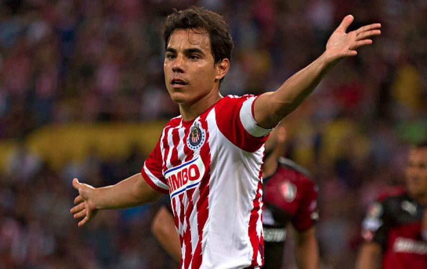 Omar Bravo se va de Chivas