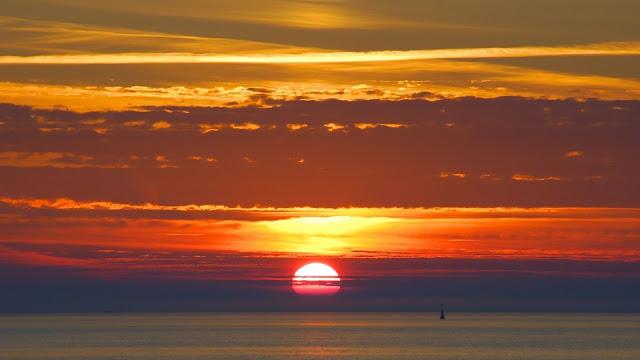 Achtergrond met zonsondergang bij meer