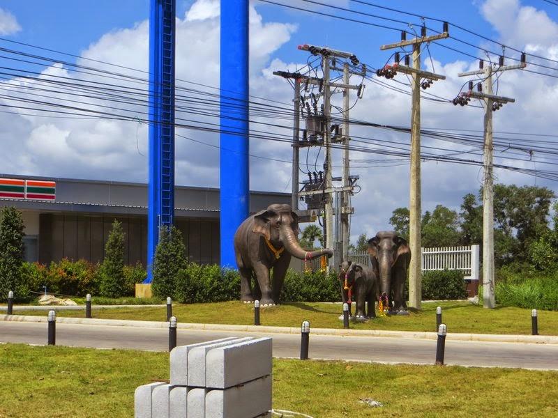 Статуи слоны