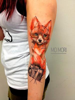 Una mujer con un tatuaje de zorro