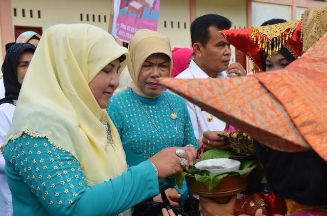 Ny.Nevi Irwan Prayitno Pimpin Langsung Penilaian Kader Posyandu, di Pauah Kuraitaji Pariaman Selatan
