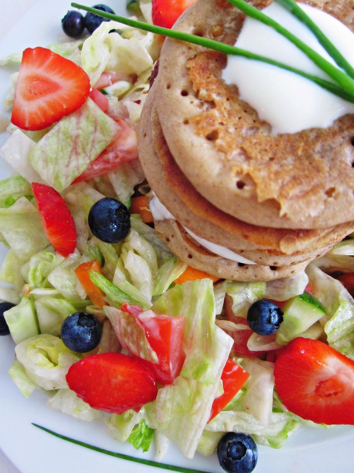 Salat mit Buchweizen-Pancakes