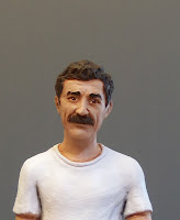 statuette ritratti in miniatura scolpiti a mano marito baffi orme magiche