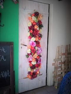 dekoracja ścienna ze sztucznych kwiatów