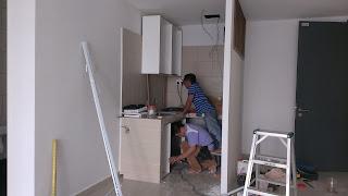 Warih Homestay : Kerja-Kerja Pemasangan Kitchen Cabinet Dilakukan Oleh 2 Orang Sahaja