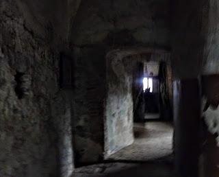 Замок Сент-Миклош. Серая угрюмая громадина много лет разрушалась