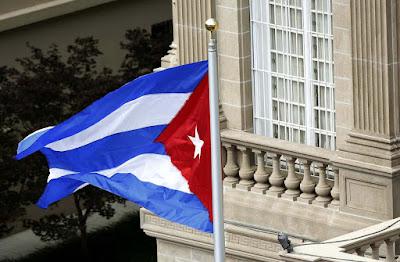 """Estados Unidos anunció hoy que exigió en mayo la salida de dos diplomáticos de la Embajada de Cuba en Washington después de que """"algunos"""" de sus funcionarios en la legación de La Habana tuvieran que regresar por unos """"incidentes"""" que les causaron """"una variedad de síntomas físicos"""".  EFE  Así lo explicó hoy la portavoz del Departamento de Estado, Heather Nauert, en su rueda de prensa diaria, tras ser preguntada por unos """"incidentes"""" ocurridos en Cuba en 2016 que afectaron a personal diplomático estadounidense.  La vocera fue muy críptica sobre lo ocurrido con el argumento de que la investigación que el Gobierno de EE.UU. inició hace meses al respecto sigue en marcha y de que la política del Departamento es no entrar en detalles cuando se trata de la salud de ciudadanos estadounidenses.  Solo confirmó que lo ocurrido no puso en riesgo la vida de los afectados y que tuvieron noticia de los hechos a finales de 2016.  Incluso aseguró que el Gobierno no tiene """"ninguna respuesta definitiva sobre la fuente o la causa"""" de lo que considera """"incidentes"""" y evitó precisar cuántos funcionarios resultaron afectados, cuántos regresaron a EE.UU. y si se les ha reemplazado.  Sin embargo, la cadena CNN, citando fuentes oficiales, apuntó en una información posterior que al menos dos diplomáticos estadounidenses tuvieron que ser trasladados a su país para recibir tratamiento tras ser objeto de """"un ataque acústico"""" con """"dispositivos de sonido"""", sin detallar quién lo habría provocado ni dónde.  Como resultado de este """"ataque"""", algunos diplomáticos sufren pérdida de audición permanente, indicaron las fuentes de la cadena.  La portavoz del Departamento de Estado no explicó en qué consisten la """"variedad de síntomas físicos"""" de la que habló en su rueda de prensa y solo confirmó que todos los afectados son trabajadores del Departamento de Estado y no ciudadanos anónimos.  Nauert no precisó qué agencia del Gobierno lidera la investigación de lo ocurrido, pero una fuente oficial del FBI confirmó"""