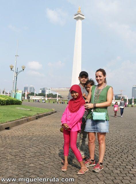 Posando-Monas-indonesios