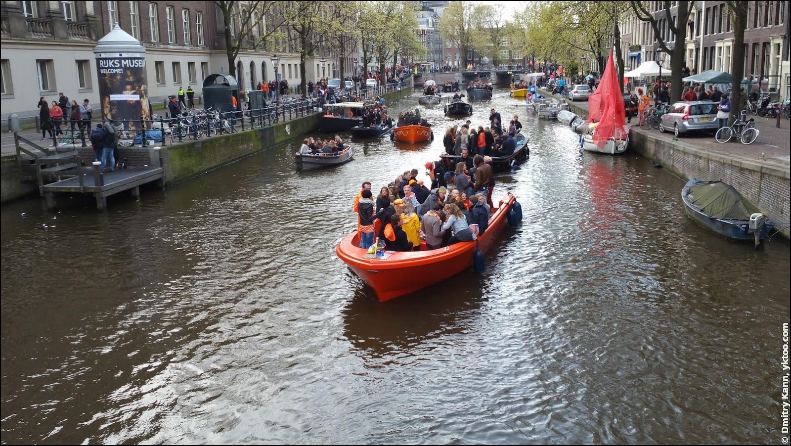 Оранжевые лодки на каналах Амстердама.