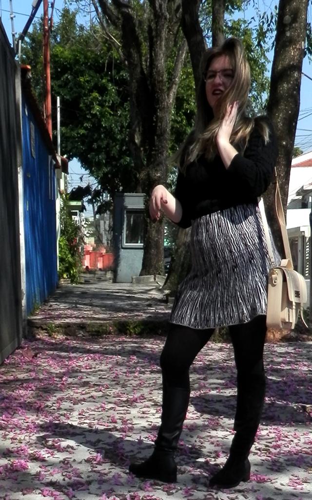 Look: Saia estampada zebra com bota over the knee