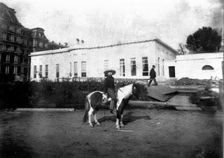 Quentin Roosevelt montando en su pony Algonquino, en los jardines de la Casa Blanca.