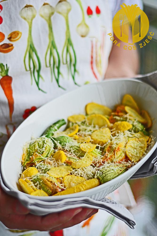 Kwiaty cukinii faszerowane ricottą i pomidorami